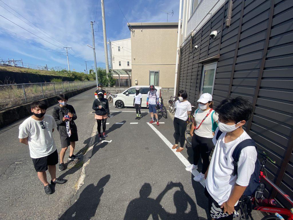 猛暑の中、自転車講習会に集まる人達