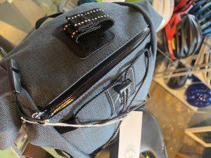 バイク取付時にもアクセス可能なジップポケット